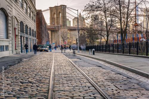 Fototapeta Tor tramwajowy na brukowanej ulicy na Brooklynie na kafelki
