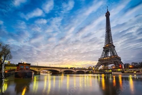 Wschód słońca na wieży Eiffla w Paryżu