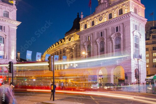 Платно LONDON, UK - AUGUST 22, 2014: Piccadilly Circus in night.