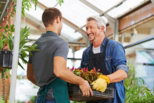 Fototapeta Männer arbeiten als Gärtner im Gartencenter