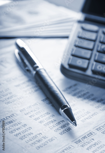 Foto Calculator, pen and money on financial statement