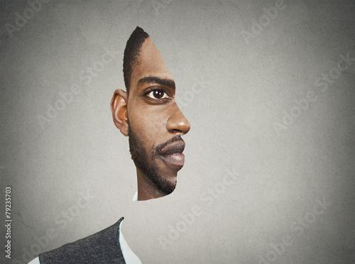 Fototapeta premium Z przodu portret złudzenia optycznego z wyciętym profilem człowieka