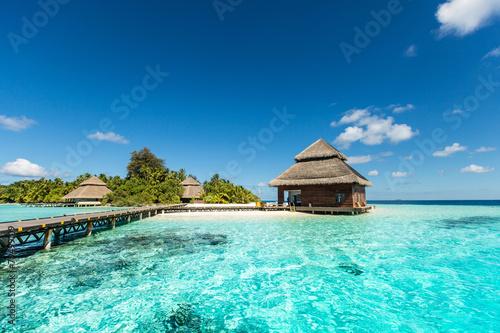 Naklejka premium Domek na małej tropikalnej wyspie