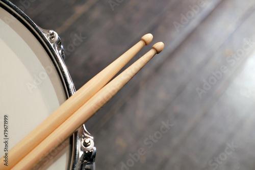 Fényképezés Drum sticks lay on an drum set