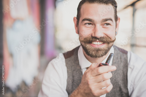 Photo handsome big moustache hipster man smoking pipe