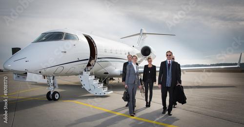 Obraz na plátně Výkonný obchodní tým opouští korporační proudové letadlo
