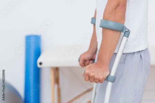 Photographie Debout patient avec béquille