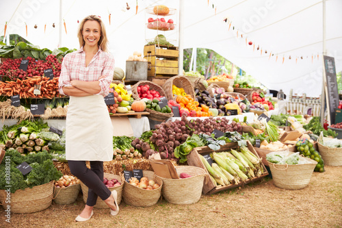Fotografia Female Stall Holder At Farmers Fresh Food Market