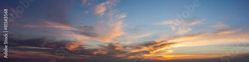 Fototapeta premium Słońce ustawić niebo z chmurą, panoramiczny obraz.