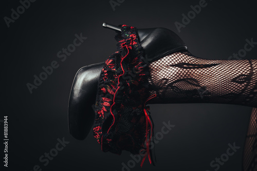 Naklejki na meble Seksowna piękna naga kobieta w czarnej erotycznej bieliźnie
