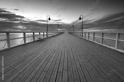 Fototapeta premium Piękny długi ekspozycji seascape z drewnianym molo