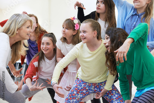 Canvas Print Group Of Children With Teacher Enjoying Drama Class Together