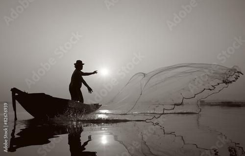 Fotografia Fisherman of Bangpra Lake in action when fishing.(Sepia Style)