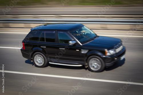 Платно black Range Rover SUV quickly goes on the road