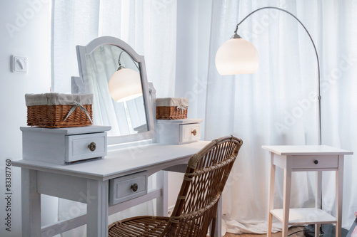 Foto White dressing table in apartment