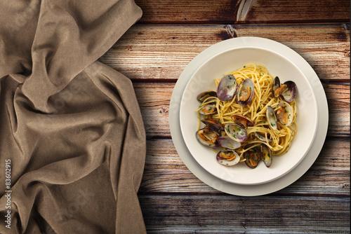 piatto di spaghetti alle vongole in fondo ambient Fototapet