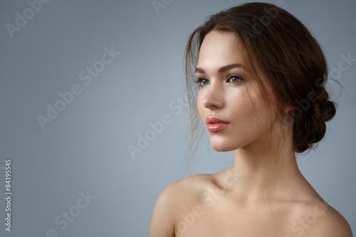 Fototapeta premium Piękna kobieta z naturalnym makijażem i fryzurą
