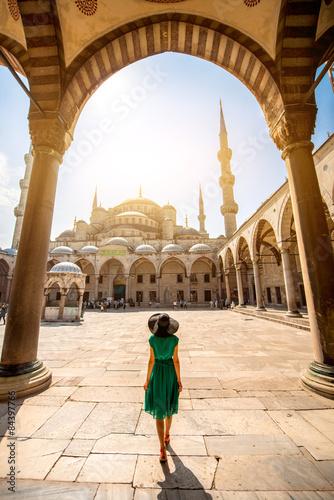 Fototapeta premium Kobieta w pobliżu Błękitnego Meczetu w Stambule