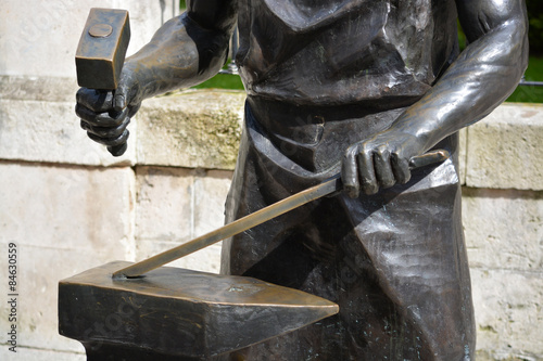 Slika na platnu estatua de un herrero trabajando