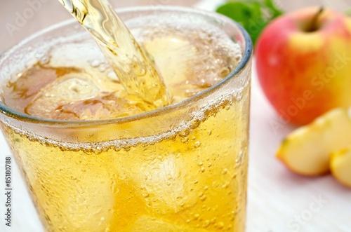 Apfelsaftschorle einschenken Fototapete
