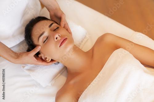 Photographie Belle jeune femme obtenir un traitement du visage au salon de beauté