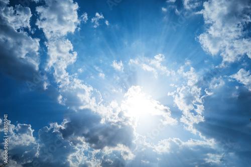 Fototapeta Piękne chmury i błękitne niebo, z promieniami słonecznymi ścienna