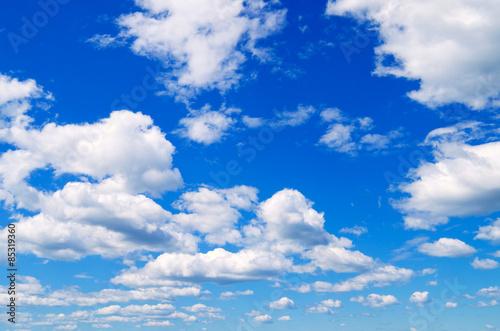 Fototapeta Błękitne niebo z chmurami w słoneczny dzień panoramiczna