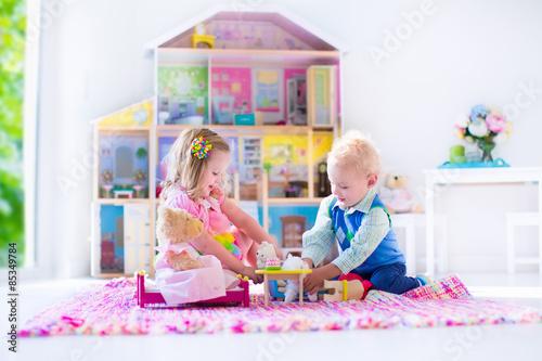 Obraz na płótnie Kids playing with stuffed animals and doll house