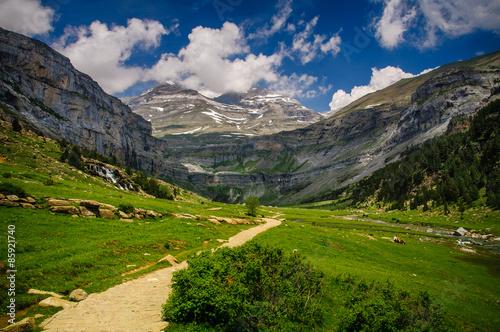 Canvas Print Valle de Ordesa y Monte Perdido con nubes. (Pirineos / Pyrenees)