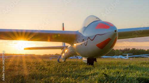 Segelflugzeug im Sonnenuntergang
