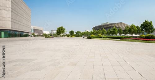 Fotografia public square with empty road floor in downtown