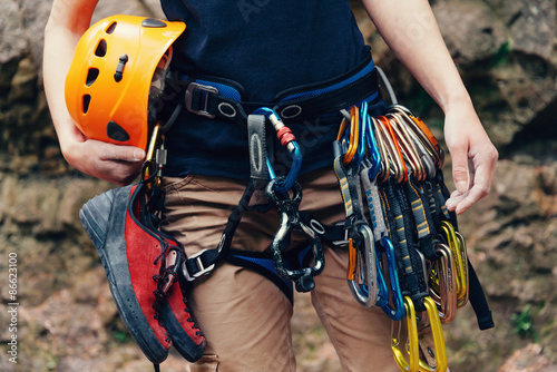 Photo Woman standing with climbing equipment