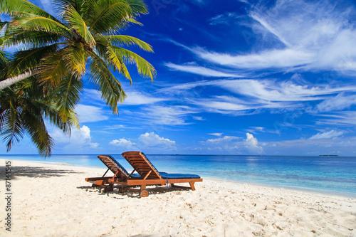 Leinwand Poster Zwei Stühle auf dem tropischen Strand