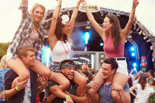 Fotografia Friends having fun in the crowd at a music festival