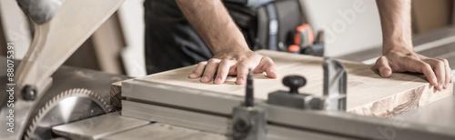 Foto Cutting a piece of wood