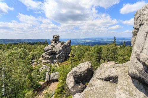 Góry Stołowe w Polsce - pejzaż widziany ze Szczelińca w okolicy Karłowa