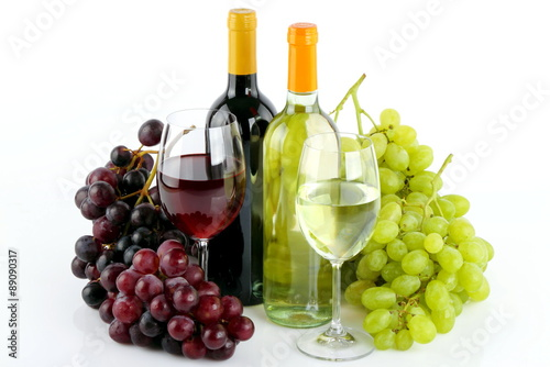 Foto Bottiglie di vino con uva