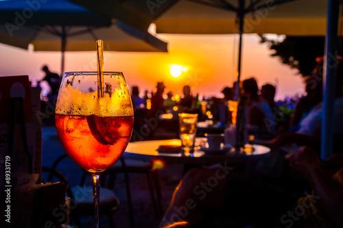Tableau sur Toile Orange glace cocktail froid dans un bar de la plage au coucher du soleil