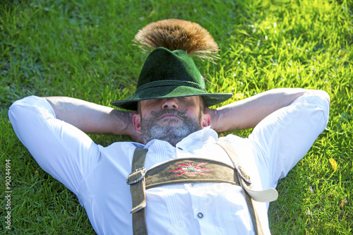 Bayerischer Mann, der auf dem Gras schläft Fototapete