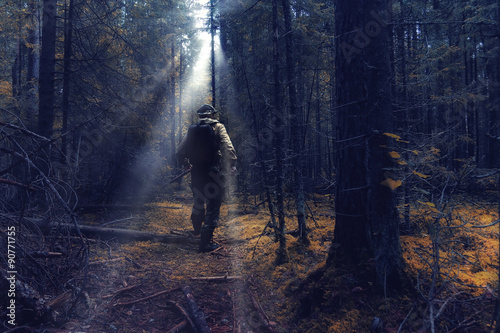 Fotografia ranger in autumn forest forester guide