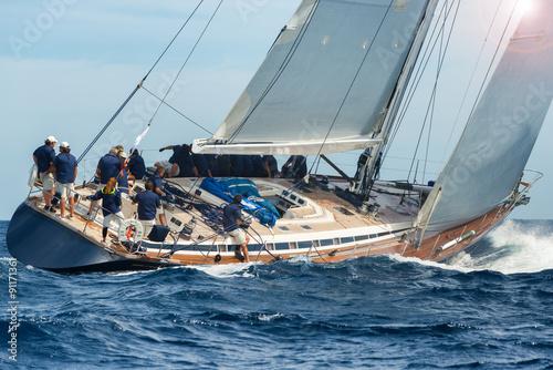 Carta da parati sail boat sailing in regatta