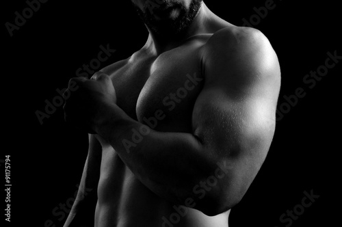 Foto man with biceps with black background