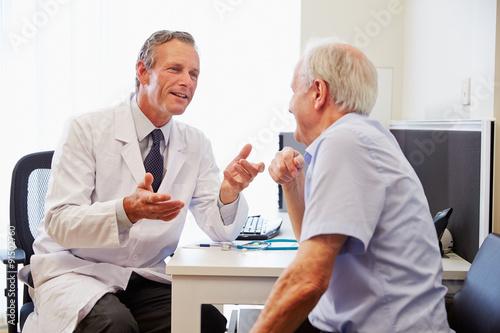 Fotografia Senior Patient Having Consultation With Doctor In Office