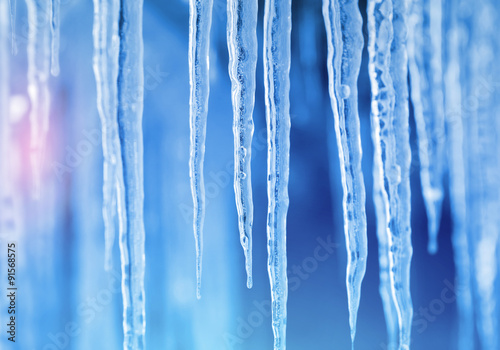 Fotografia Background of bright transparent icicles in the sunlight