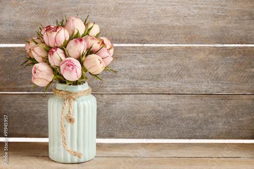 Fotografie, Obraz Kytice z růžových růží v tyrkysové keramické vázy