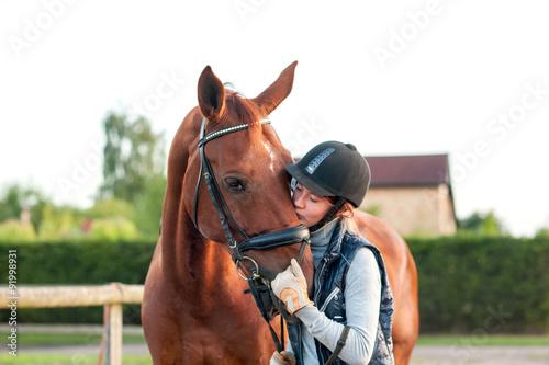 Jeune adolescente équestre embrassant son cheval alezan. Poster Mural XXL