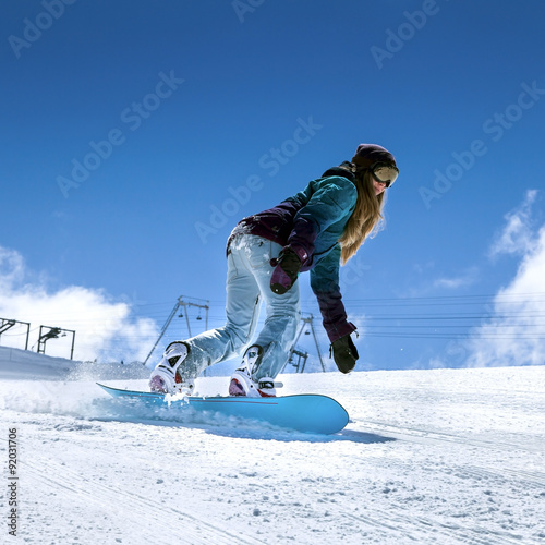 Photo Snowboarder moving down