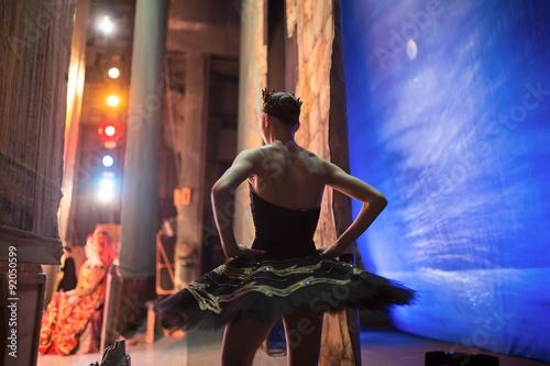 Billede på lærred Prima ballerina standing backstage