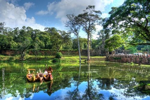 Fototapeta premium Angkor Thom, Siem Reap, Kambodża - Jezioro z typowymi łodziami przy wejściu.