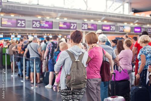 Obraz na płótnie Woman with a baby waiting for registration Plane